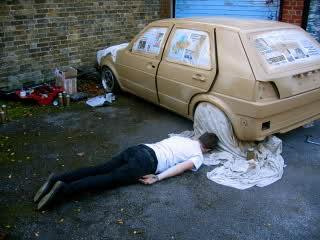 Un hombre desesperado tras pintar su coche