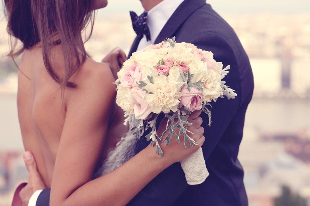 Pareja de novios con ramo de flores
