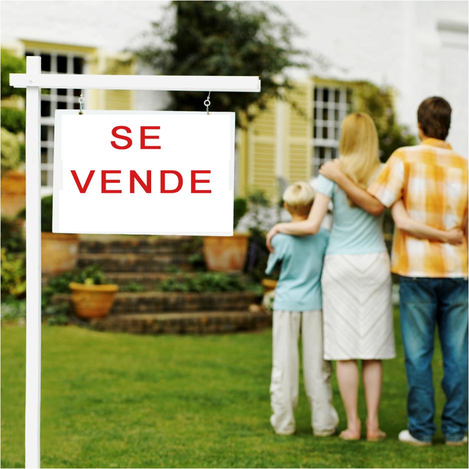 Familia comprando casa