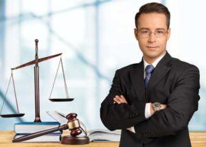 cuanto gana un abogado al mes