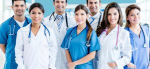 cuanto gana un medico en españa al mes