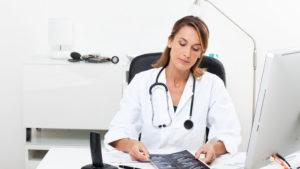 cuanto gana un medico en españa 2015